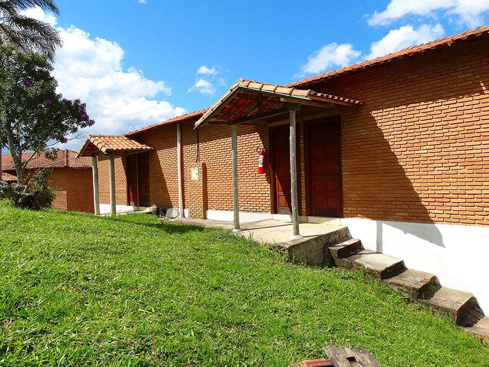 http://www.pousadarural.com.br/wp-content/uploads/2015/08/apartamentos_com_sacada_02.jpg